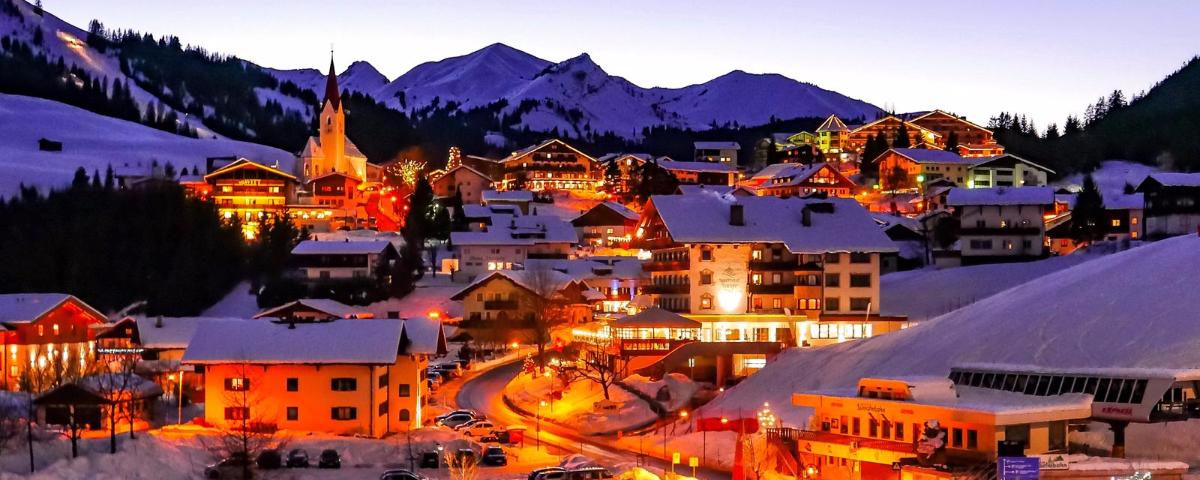 JPMoser_76_Singer_Sporthotel_SPA_Relais_Chateaux_Tirol_Berwang_Austria_Wellness_Urlaub_in_Tirol_Tiroler_Zugspitz_Arena_Winter_Nacht_Aussen_1600_1000_neu.jpg